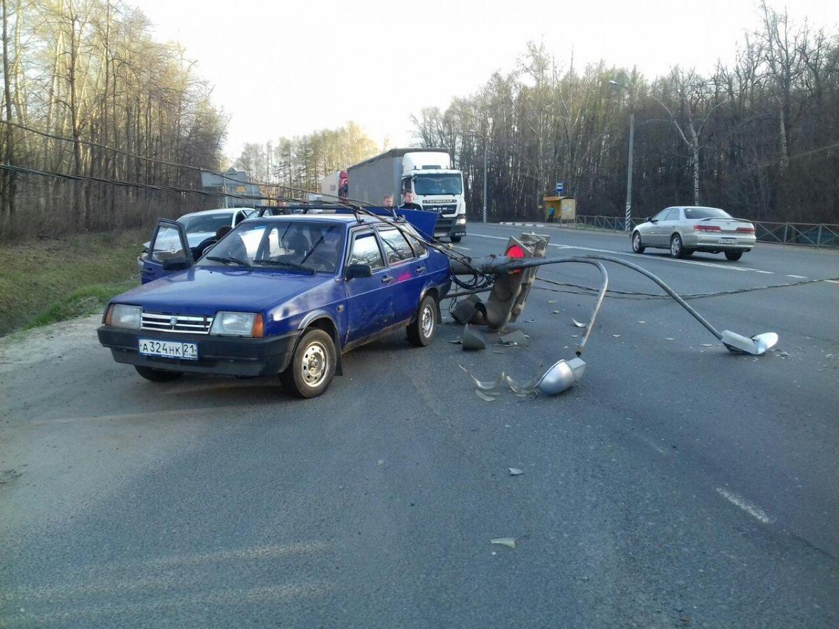ДТП в Кугесях: автомобилист «подрезал» легковушку и снес светофор