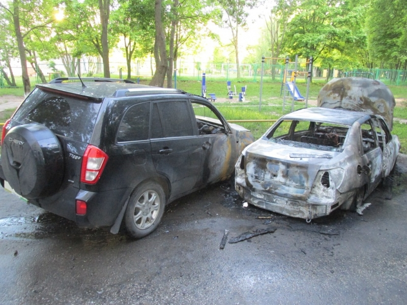 На улице Кадыкова чебоксарец поджег автомобиль жены и сбежал