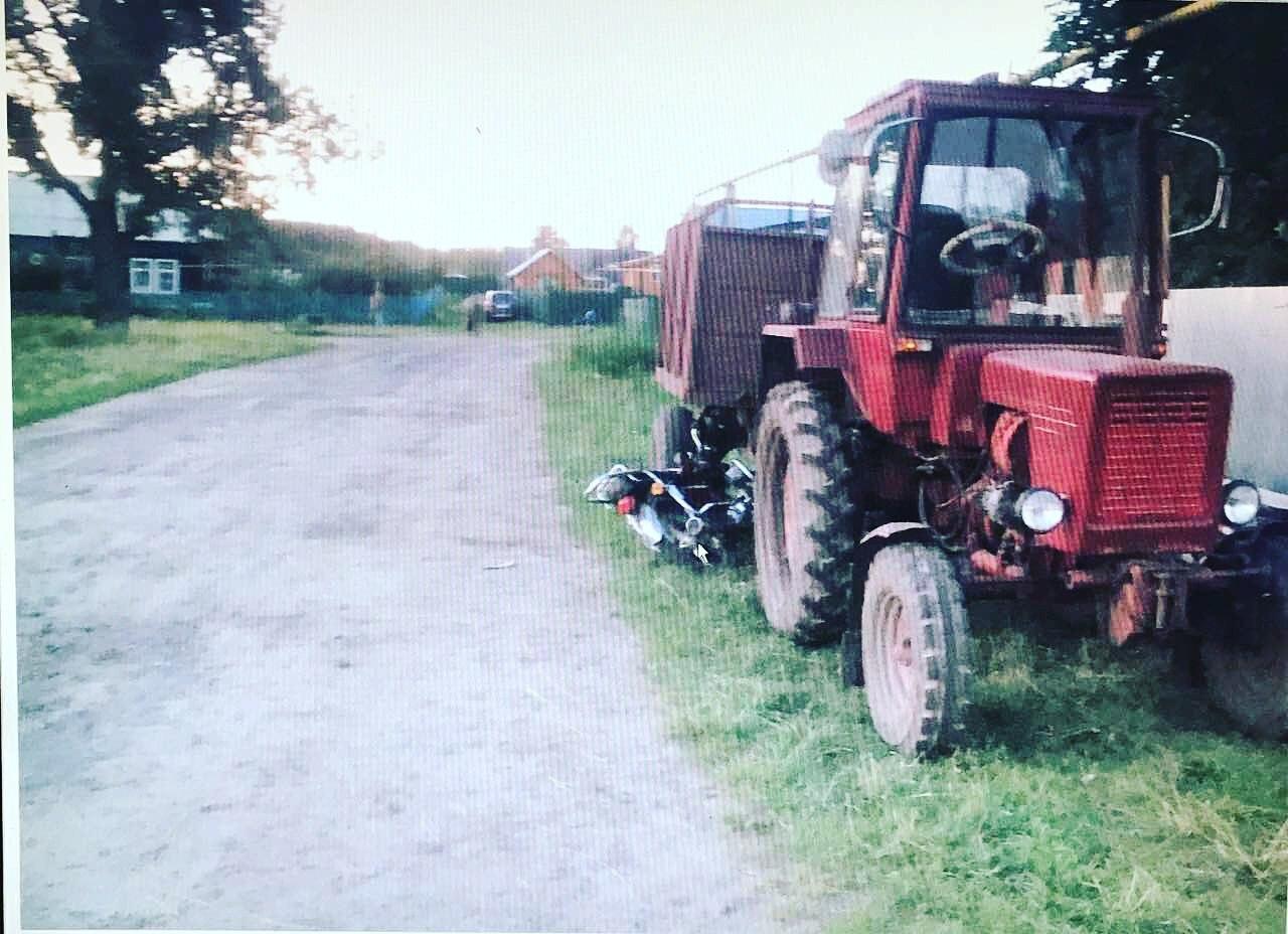 Появились фото, как мопед врезался в стоящий на обочине трактор