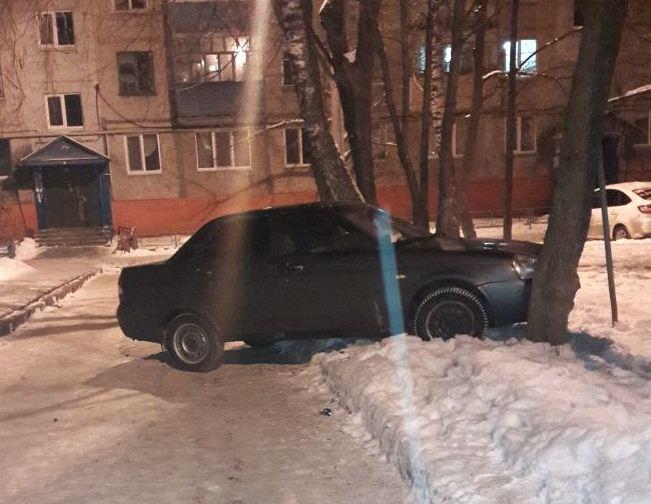 ВЧебоксарах легковушка вылетела натротуар исбила двоих пешеходов