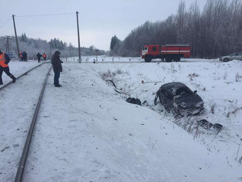 Поезд Адлер— Чебоксары столкнулся слегковушкой напереезде, два человека пострадали