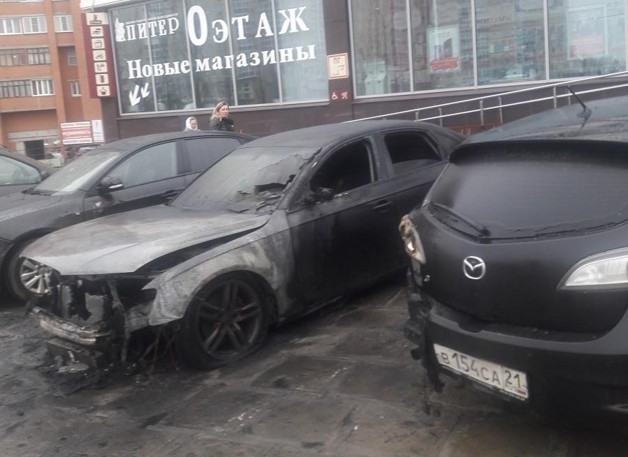 """Сгорели машины у ТЦ """"Питер"""""""